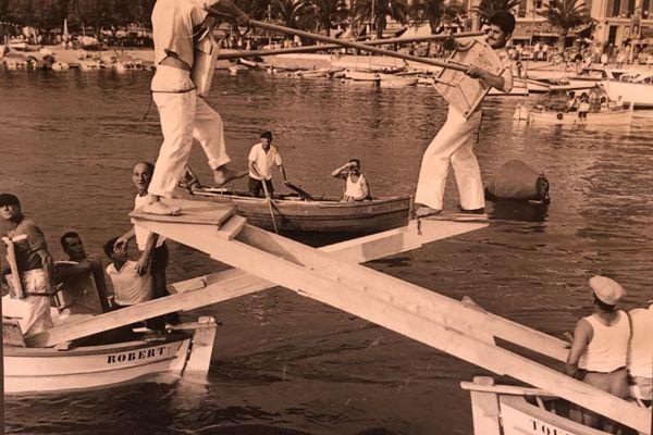 Joutes en 1961. Gérard Balderiotti à gauche sur la tintaine. Emilien Ghio à la barre du bateau de joute Robert. Maurice Argens aux avirons du ramassage du matériel.