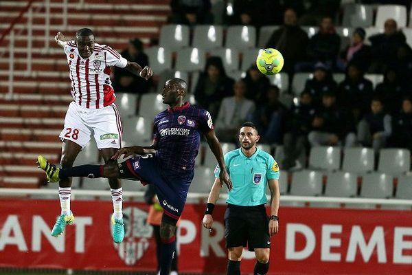 Fontaine et Maazou à la lutte dans les airs le 3 février 2017 pour la 23ème journée du championnat de France de Ligue 2 : L'AC Ajaccio bat Clermont (2-1)