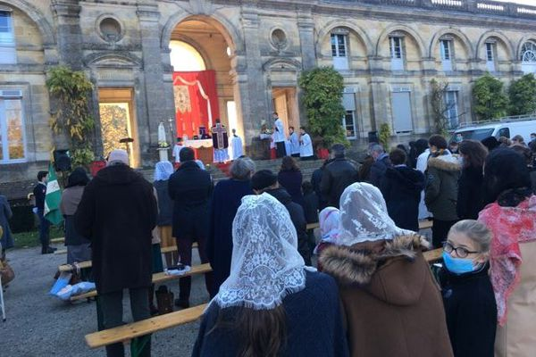 Une messe en plein air rassemble au moins 300 fidèles ce dimanche 29 novembre au matin au Jardin Public de Bordeaux.