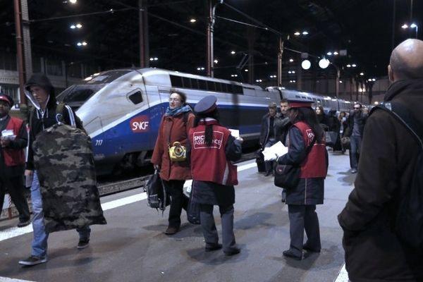 A la gare de Lyon, le 1er novembre où vient d'arriver avec 1 h 30 de retard, le TGV Béziers-Paris.