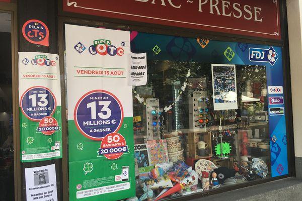 Réclame pour le Super Loto du vendredi 13 au Panier de la cigogne, bureau de tabac situé en centre-ville de Strasbourg.