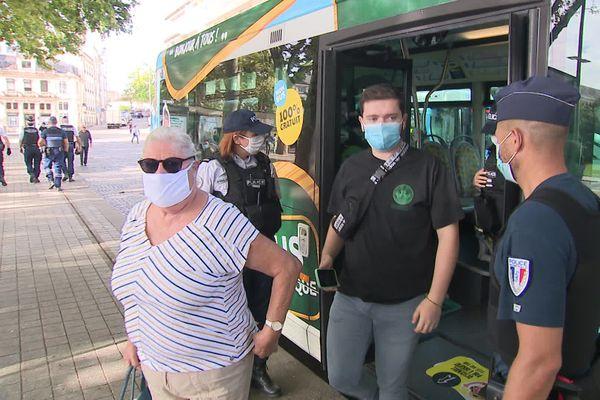 Contrôle du port du masque à la descente des bus niortais.
