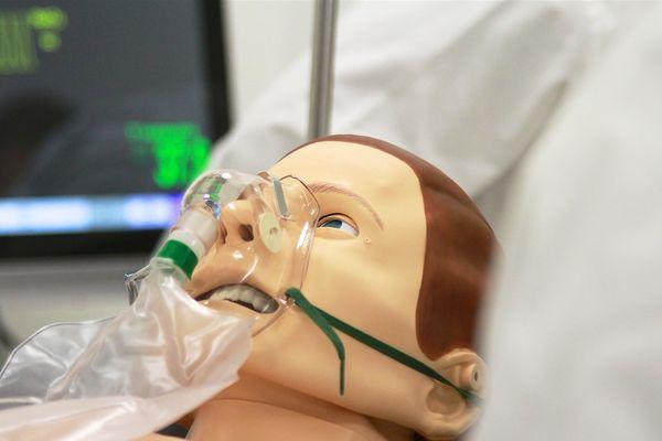 Les infirmières s'entraînent sur un mannequin et sur une plateforme qui reproduit à l'identique la réalité du CHRU