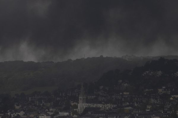 """La fumée """"non toxique"""" selon le préfet, mais qui suscite beaucoup d'inquiétudes auprès des riverains."""