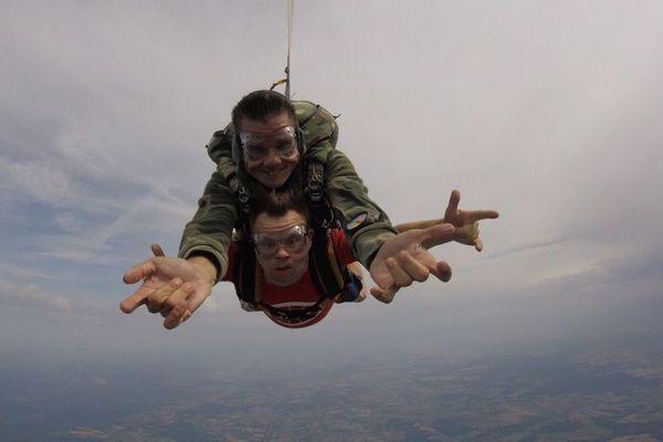 """Pendant son premier saut en parachute, Pierre a réalisé la chorégraphie à la """"spider-man"""" qu'il avait minutieusement préparée"""