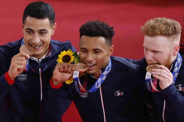 L'équipe de France médaillée de bronze (de gauche à droite) Rayan Helal, Florin Grengbo et Sébastien Vigier célèbrent sur le podium lors de la cérémonie de remise des médailles pour le sprint par équipes de cyclisme sur piste masculin lors des Jeux Olympiques de Tokyo 2020 au vélodrome d'Izu à Izu, Japon, le 3 août , 2021.