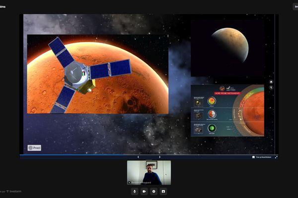 Benjamin Poupard, directeur adjoint du planétarium, animant une séance live, sur Facebook.