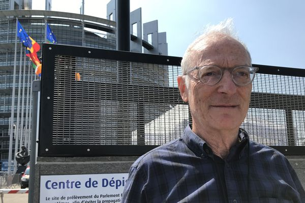 Roger Wolff, le coordinateur du centre de dépistage du Parlement européen encourage les jeunes qui ont participé au match de foot clandestin à se faire tester.