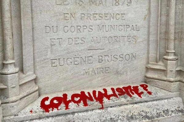 Le socle de la statue de Jacques-Coeur, à Bourges, a été vandalisée ce dimanche 21 juin.