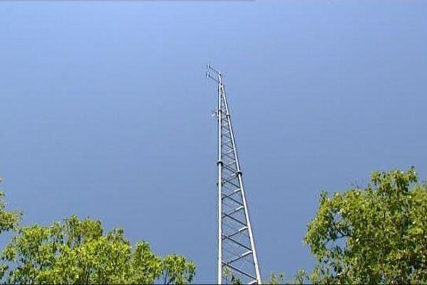 Le pylône de l'émetteur de Radio Flotteurs, c'est au pied que le câble qui relie l'émetteur à l'antenne a été sectionné