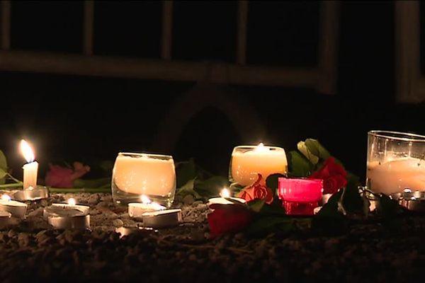 Des bougies ont été déposées par les habitants du village.