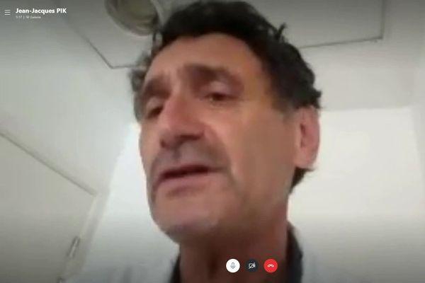 Contacté par Skype, Jean-Jacques Pik est médecin interniste et infectiologue. Il fait toute sa carrière dans l'hôpital public.