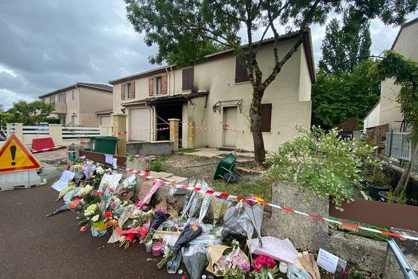 De nombreux hommages à la victime devant sa maison, partiellement détruite par les flammes.