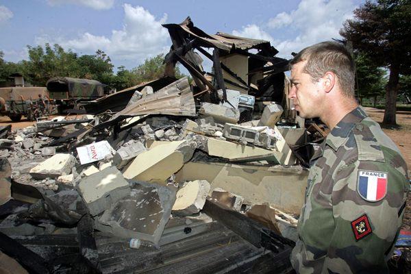 Le 10 novembre 2004, un soldat français devant le lycée Descartes de Bouaké qui servait de camp de base aux soldats français.