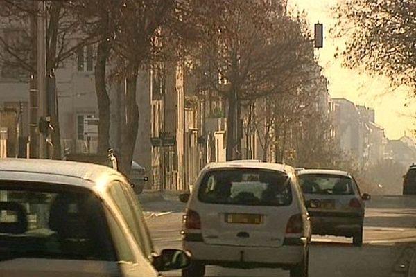 Les automobilistes sont appelés à réduire leur vitesse en raison de la pollution aux particules fines.