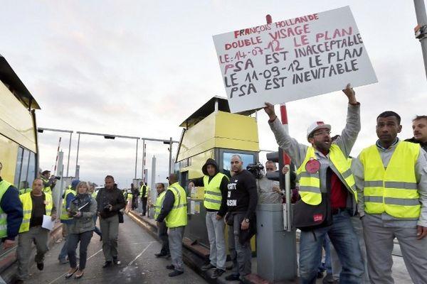 Opération Péage gratuit sur l'autoroute A1 à Senlis : les salariés PSA protestent contre la fermeture de leur site d'Aulnay-sous-Bois
