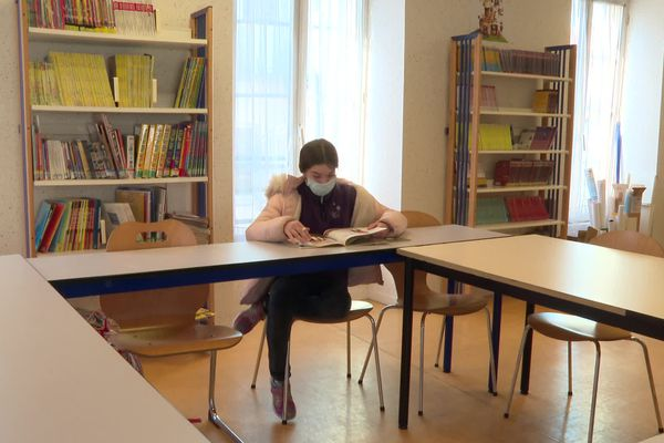 Emmanuelle trouve refuge dans les livres pour dépasser ses troubles du neuro développement.