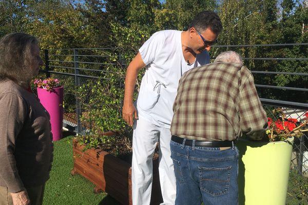 Jardinage sur la terrasse de l'unité spécialisée avec le gériatre, Dr Stéphane Brun.