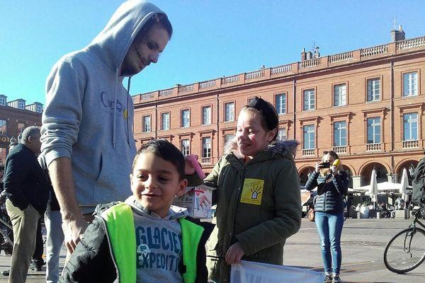 """"""" Des bonbons ou un toit """", c'était le slogan de la manifestation organisée ce mardi matin."""