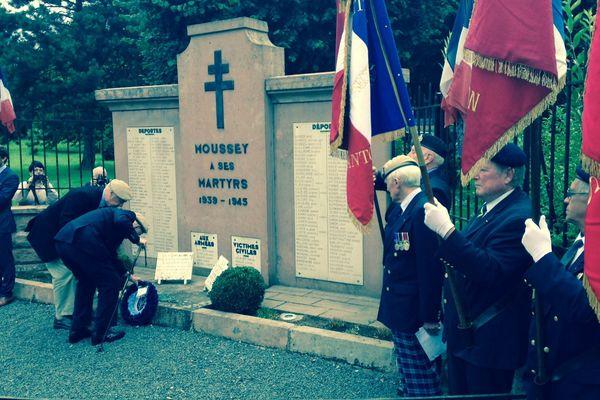 Dépôt de gerbe aux monuments aux morts.