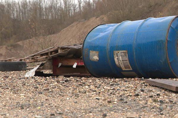 Les pilotes amateurs de motos et quads laissent des déchets sauvages sur le terrain