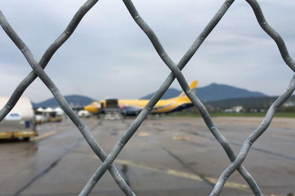 Arrivée de l'avion rempli des 500.000 masques à l'aéroport d'Ajaccio.