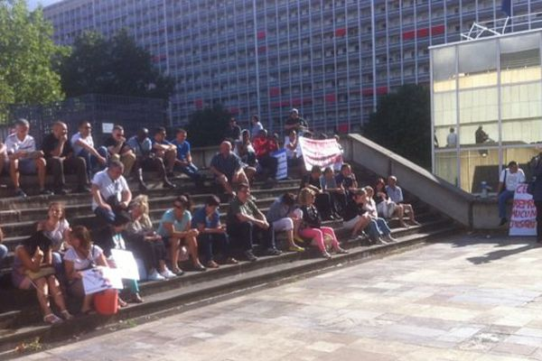 Ce jeudi matin, les salariés de Cenntro Motors devant la Métropole de Lyon pour protester contre les licenciements prévus - 9/7/15