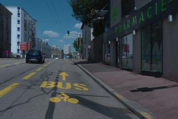 La nouvelle équipe à la tête de la Communauté urbaine reconnaît le défaut d'information et de concertation, mais veut rappeler le côté provisoire de ces pistes cyclables.