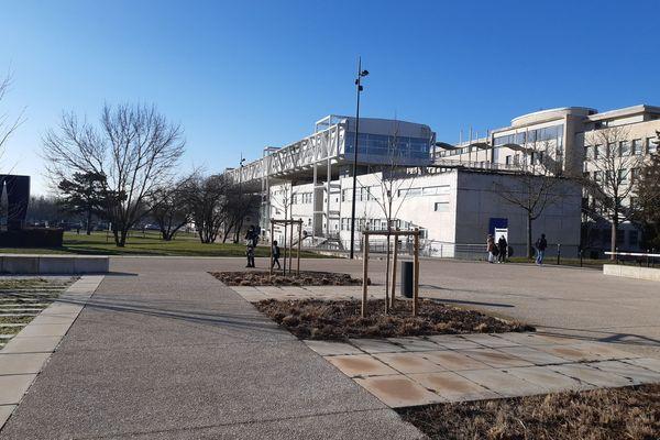 Malgré l'annonce de la reprise de certains cours en présentiel, le campus sonne bien creux ce matin de janvier.