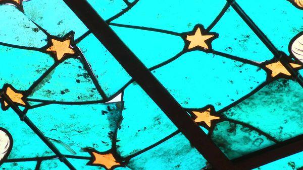Attaqués par l'usure du temps et les pigeons, des morceaux de verre se sont détachés.