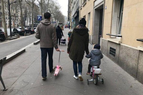 Un couple et de ses deux enfants à vélo.