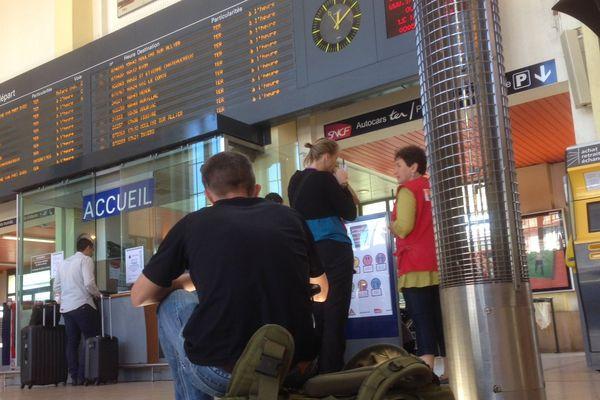 Le 16 juin à Clermont-Fd, les grévistes ont occupé les voies une partie de la matinée. Le premier train à pouvoir quitter la gare pour Paris est parti à 14 heures.