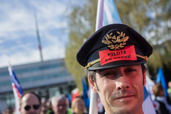 Rassemblement et grève des salariés d'Air France, devant le siège de la compagnie à Roissy, le 11 avril 2018.