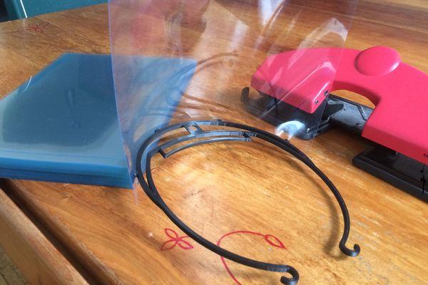 Le kit visière anti-covid : une feuille plastifiée A4, un serre-tête, une perforatrice de bureau et le tour est joué !