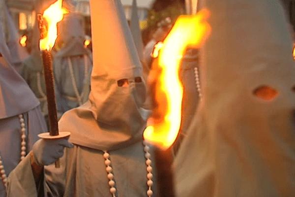 Torches et lanternes en main, les Pénitents Bleus en procession à Saint-Junien