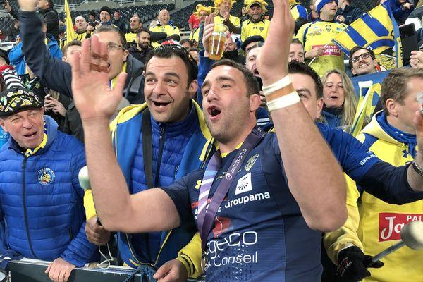 Les supporters Clermontois avec les joueurs de l'ASM après le match contre La Rochelle vendredi 10 mai à Newcastle.