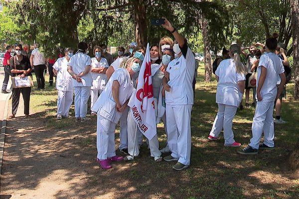 """Une centaine de soignants manifestait à l'appel de la CGT pour ce premier """"mardi de la colère"""", dans l'enceinte du CHU de Montpellier."""