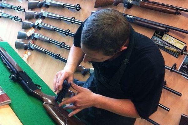 Blaise armurier à Challans prépare le fusil d'un de ses clients