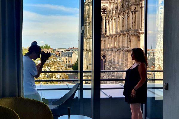 """Le photographe Jordan Sapally photographie son modèle, Mylène Bourga au 5e étage de l'hôtel de Reims """"La Caserne Chanzy""""."""