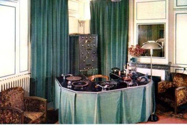1938 : l'un des studios de Radio Normandie au château de Caudebec-en-Caux (l'actuelle mairie).  L'animateur, comme les disc-jockeys des années 80,  lançait lui-même les platines tourne-disque disposées autour de lui en arc de cercle