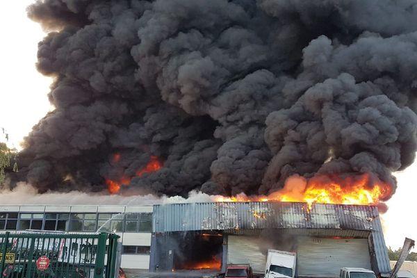 Un incendie a ravagé un entrepôt de voitures à Chilly-Mazarin, dans l'Essonne.