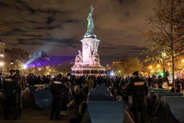 Evacuation d'un campement de migrants improvisé place de la République à Paris lundi 23 novembre