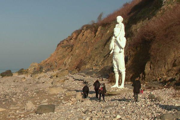 La statue d'un père et de sa fille  créee pour les 500 ans du Havre (oeuvre de F. Mérelle) attire les promeneurs