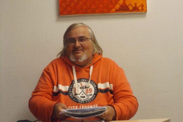 Marcel Burgy fin mai, présentant sa situation à la Maison de la citoyenneté mondiale de Mulhouse