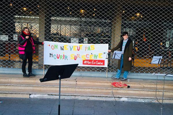 """""""On ne veut pas mourir sur scène"""", c'est le slogan des artistes et techniciens grévistes."""