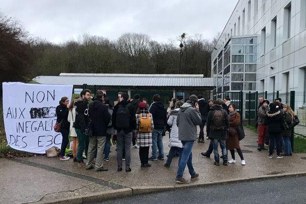 Sur les coups de 7h30, une trentaine de professeurs et des personnels administratifs se sont regroupés devant le lycée Condorcet.