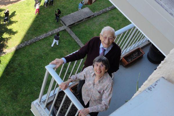 Jean Golé a fêté ses 100 ans, confiné avec sa femme dans sa résidence de la Croix-Rousse à Lyon. Les voisins lui ont préparé une fête surprise, au balcon. 7 avril 2020