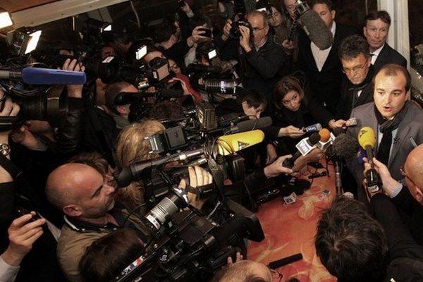 David Rachline, candidat Front national à la mairie de Fréjus, face aux médias à l'issue de sa victoire.