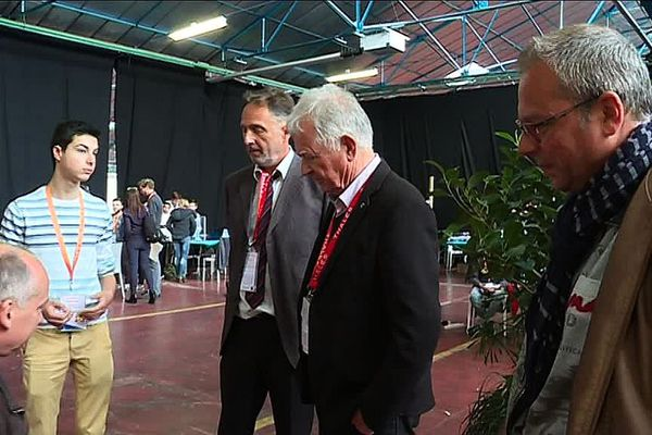 Jean-Loup Chrétien en pleine discussion avec un lycéen