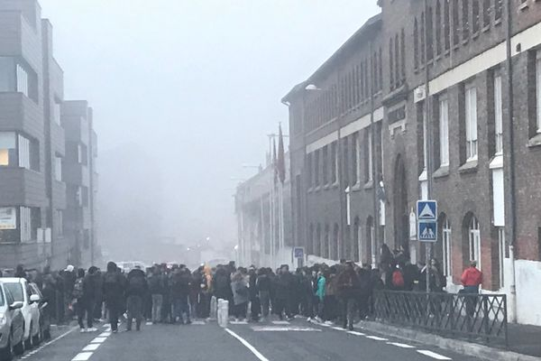 A Reims, devnt le lycée Roosevelt, les élèves se sont rassemblés dès 8 heures ce mardi matin